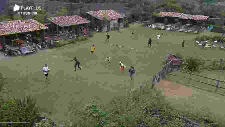 A Fazenda: Peões brincam na área externa - Reprodução/Playplus