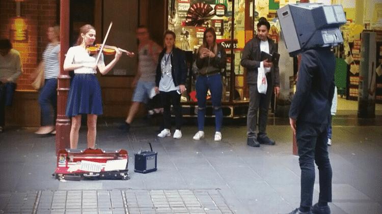 Anna-Murakawa-tocando-rua-em-Sydney-Austrália - arquivo pessoal - arquivo pessoal