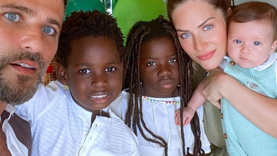 Bruno Gagliasso e Giovanna Ewbank ao lado dos filhos Titi, Bless e Zyan - Reprodução