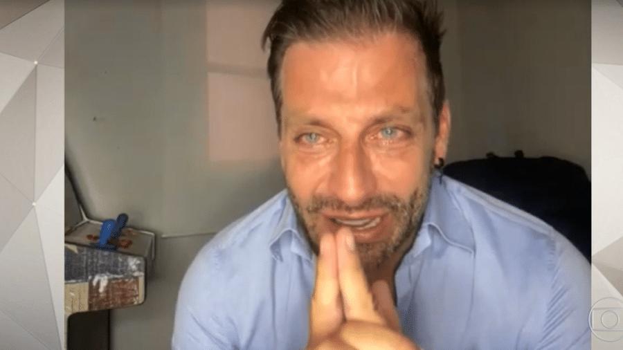 """Henri Castelli chora em entrevista ao """"Fantástico"""" - Globo/Reprodução"""