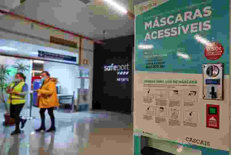 Funcionários usam máscaras no aeroporto de Cascais, em Portugal - Horacio Villalobos#Corbis/Corbis via Getty Images - Horacio Villalobos#Corbis/Corbis via Getty Images