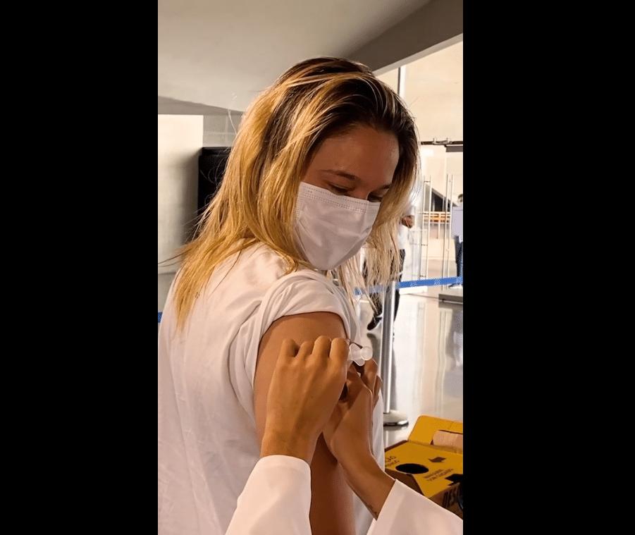 A apresentadora Fernanda Gentil recebeu a primeira dose da vacina contra a covid-19 - Reprodução / Instagram