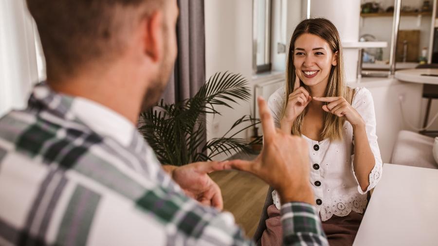 Casal conversando por Libras - Jovanmandic/Getty Images/iStockphoto