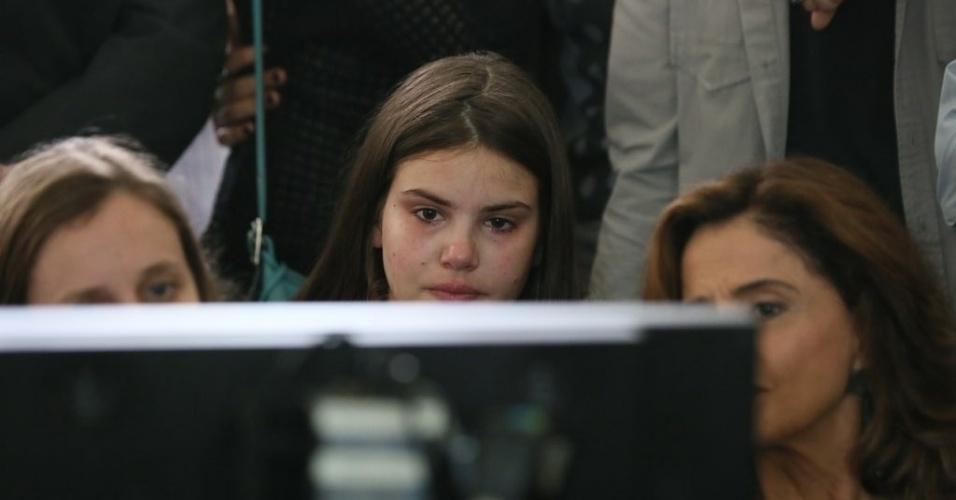 """11.set.2015 - Camila Queiroz, a Angel de """"Verdades Secretas"""", ficou emocionada durante as gravações do enterro de Carolina (Drica Moraes), sua mãe na trama"""