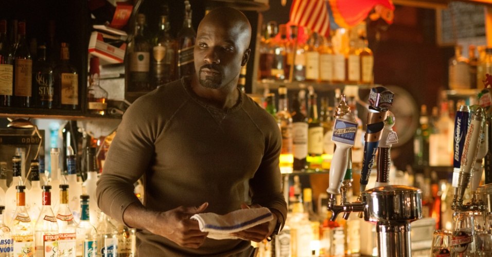 "Mike Colter é Luke Cage na série ""Jessica Jones"""