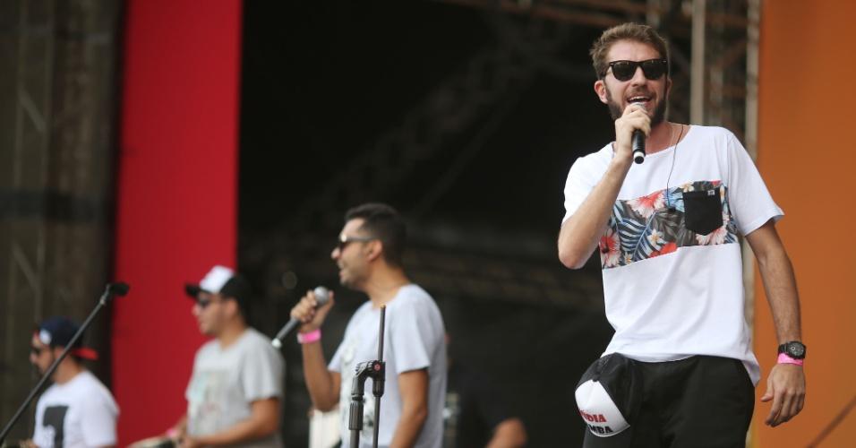 23.jan.2016 -  O cantor da banda Mídia Samba comandou a festa em cima do palco