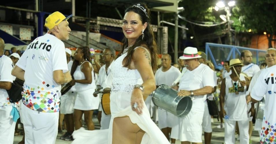 31.jan.2016 - Luiza Brunet dançou à frente dos ritmistas na cerimônia de lavagem do sambódromo, ocorrida na noite de domingo (31), juntamente com o ensaio técnico da Beija-Flor