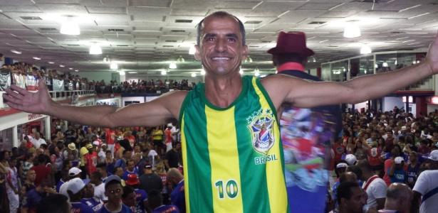 O ex-maratonista Vanderlei Cordeiro de Lima posa na quadra da União da Ilha