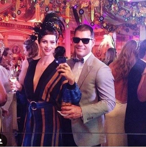 6.fev.2016 - Acompanhado da mulher, Leticía Bastos, Juliano Cazarré vai ao baile de óculos escuros. A decoração da festa foi inspirada na Grécia antiga