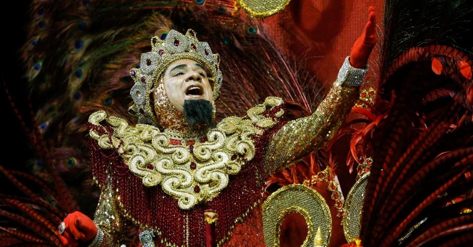 7.fev.2016 - Folião canta o samba-enredo do Império de Casa Verde, que tentou desvendar os mistérios da humanidade