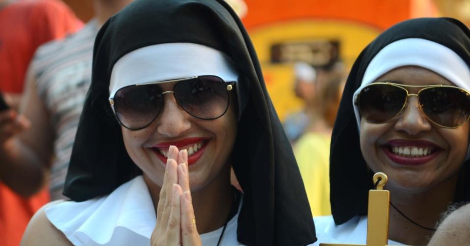 9.fev.2016 - O Bloco das Carmelitas surgiu em 1991, por iniciativa de moradores do bairro. Em homenagem ao convento das Carmelitas de Santa Teresa. Não à toa, as mais coloridas freiras podem ser vistas durante o desfile