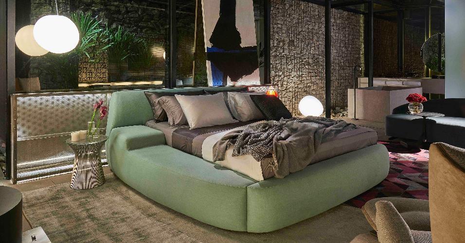 Casa Cor MG - 2016: Junior Piacesi quebrou a impessoalidade no Quarto de Hotel com itens que promovem o conforto. Como a cama é a vedete do ambiente, eleja um modelo de impacto e condizente com o que você deseja expressar, se puder investir em apenas um item de decoração. O móvel escolhido neste caso, amplo e todo estofado em verde, é o maior símbolo da ideia do arquiteto: aumentar o aconchego