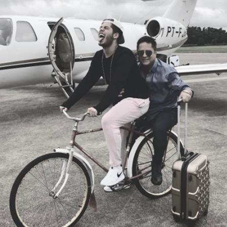 Zé Felipe dá carona para o pai Leonardo em bike - Reprodução/Instagram