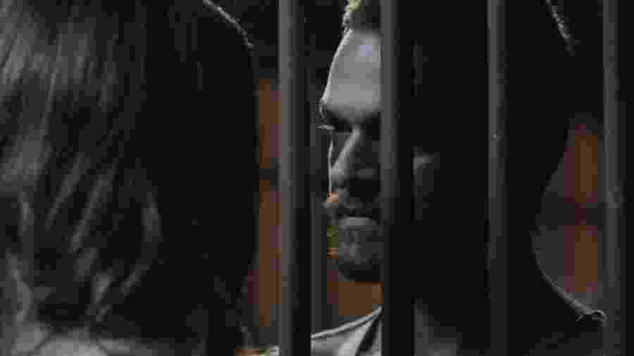"""Rubinho (Emilio Dantas) pede favor à mulher em """"A Força do Querer"""" - Reprodução/TV Globo"""