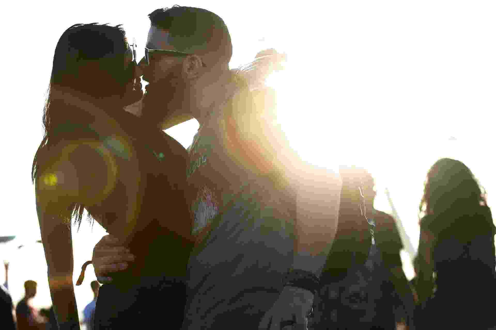 Muitos casais apaixonados trocam beijos no quarto dia de Rock in Rio - Marcos Antonio Teixeira/UOL