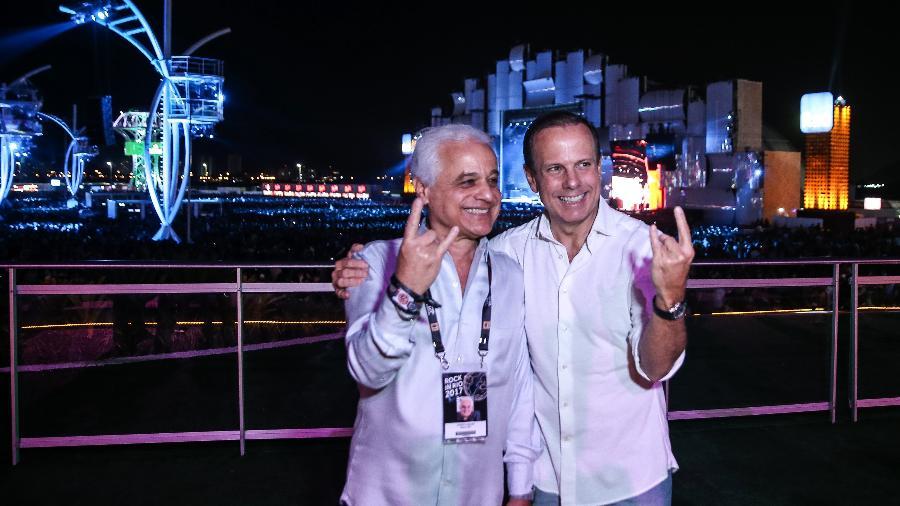 Prefeito de São Paulo João Dória posa para foto com Roberto Medina - Zanone Fraissat/Folhapress