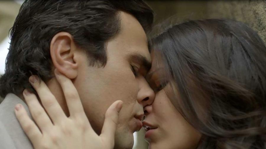 """Vicente e Maria Vitória se beijam em """"Tempo de Amar"""" - Reprodução/Gshow"""