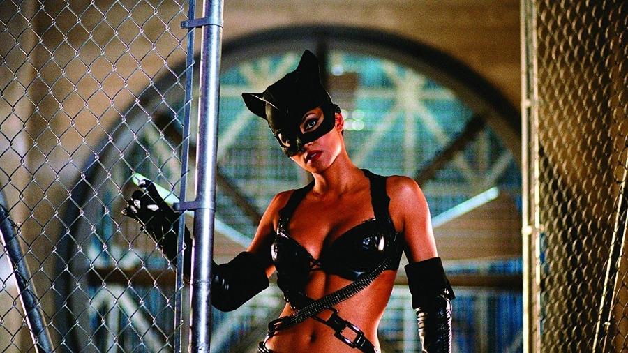 """Halle Berry em cena de """"Mulher-Gato"""" (2004) - Divulgação"""