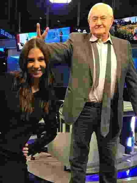 """Boris Casoy faz """"chifrinho"""" em Amanda Klein nos bastidores da RedeTV! - Reprodução/RedeTV!"""