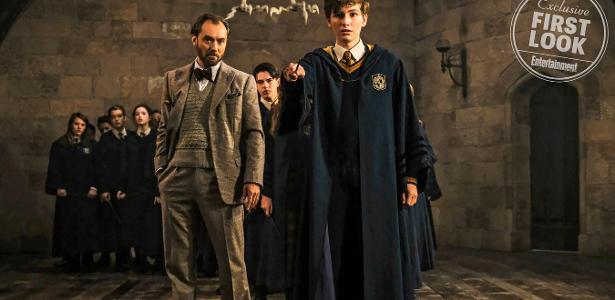 """O ator Joshua Shea (à direita) em imagem de """"Animais Fantásticos: Os Crimes de Grindelwald"""""""