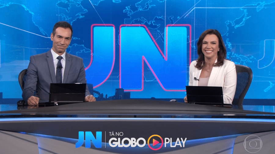 """Ana Paula Araújo deseja um feliz dia dos padrastos a César Tralli no """"Jornal Nacional"""" - Reprodução/TV Globo"""
