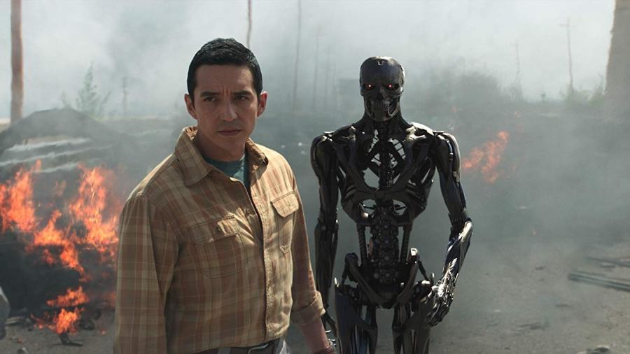 O novo Exterminador, vivido por Gabriel Luna, em cena de Destino Sombrio - Divulgação/IMDb
