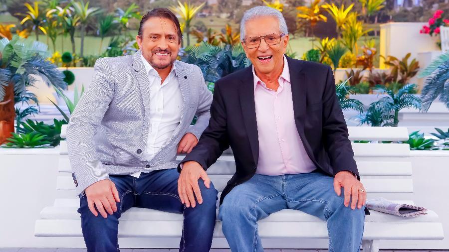 Marcelo de Nóbrega e Carlos Alberto de Nóbrega sentados no banco de A Praça É Nossa - Lourival Ribeiro/SBT