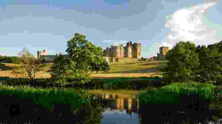 Castelo de Alnwick e o rio Aln - iStock