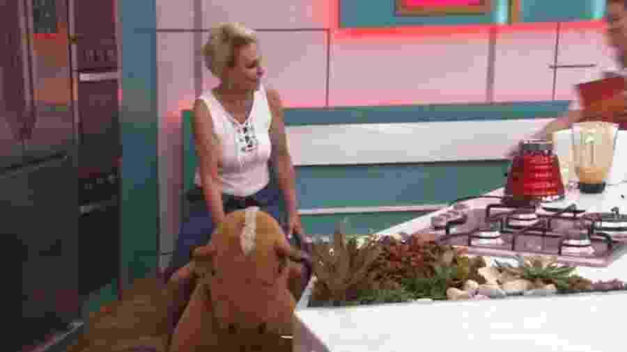 Depois de dar a volta em todo o estúdio, ela conseguiu bater de frente com a bancada da cozinha - Reprodução/Globoplay