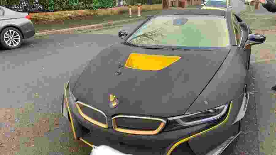 Polícia confiscou BMW i8 envelopado na Inglaterra, mas não foi pelo gosto discutível do proprietário - Divulgação