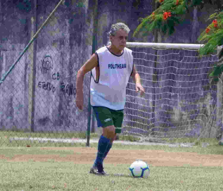Chico Buarque aproveitou a tarde de calor no Rio de Janeiro para jogar futebol com amigos no Recreio dos Bandeirantes - AgNews