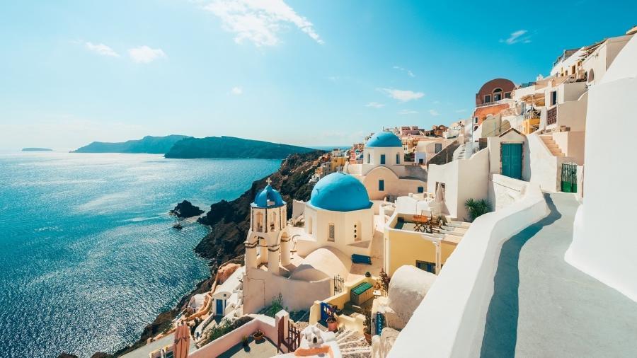 Oia: cidade costeira em Santorini, ilha grega no mar Egeu - Getty Images/iStockphoto