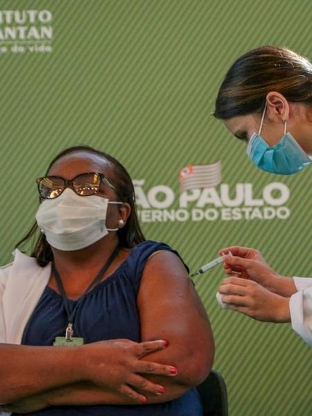 Enfermeira Mônica Calazans, de 54 anos, é a primeira brasileira a receber dose da vacina Coronavac - Governo do Estado de São Paulo / Divulgação