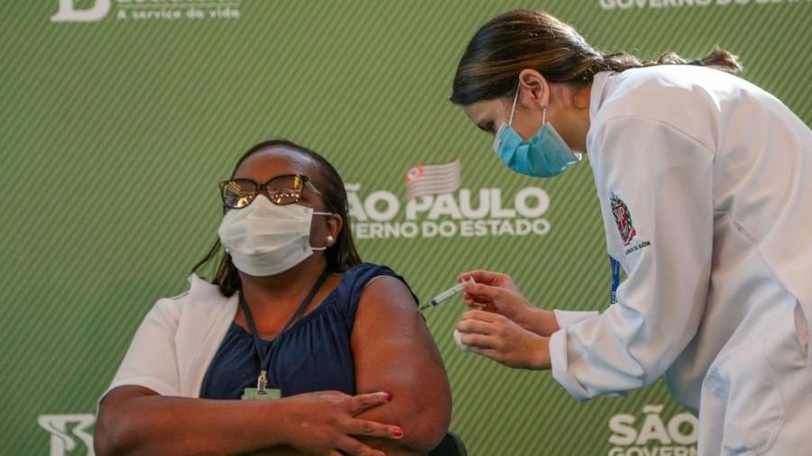 Enfermeira Mônica Calazans, de 54 anos, é a 1ª brasileira a receber dose da vacina Coronavac - Governo do Estado de São Paulo / Divulgação