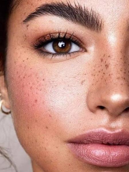 Desenhar sardas falsas no rosto é uma das tendências de maquiagem de 2021 que fazem sucesso nas redes sociais - Reprodução/Instagram