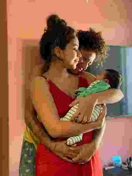A jogadora de futebol Cris Rozeira e a esposa Ana Paula Garcia com o filho Bento, que nasceu em 26 de abril, - arquivo pessoal - arquivo pessoal