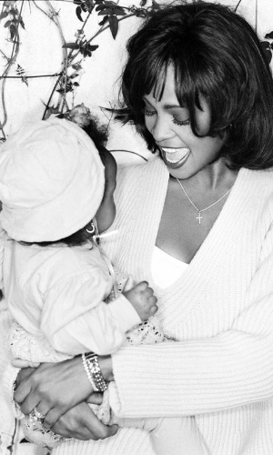Whitney Houston com a filha, Bobbi Kristina Brown, no colo
