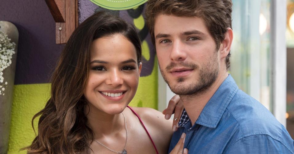 Mari (Bruna Marquezine) e Benjamin (Maurício Destri) inauguram o restaurante Cebola Brava em Paraisópolis