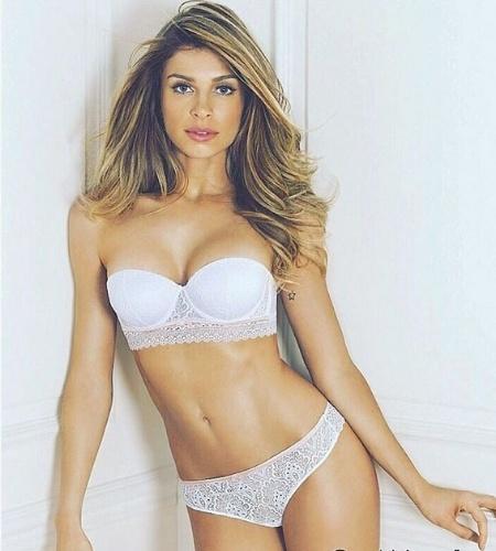 """25.nov.2015- Grazi Massafera posa só de lingerie para campanha e ganha elogios de seus fãs na internet: """"Maravilhosa, linda e deusa"""" foram alguns comentários feitos"""