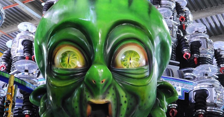 """A Portela leva para o Carnaval carioca o enredo """"No voo da águia, uma viagem sem fim..."""""""