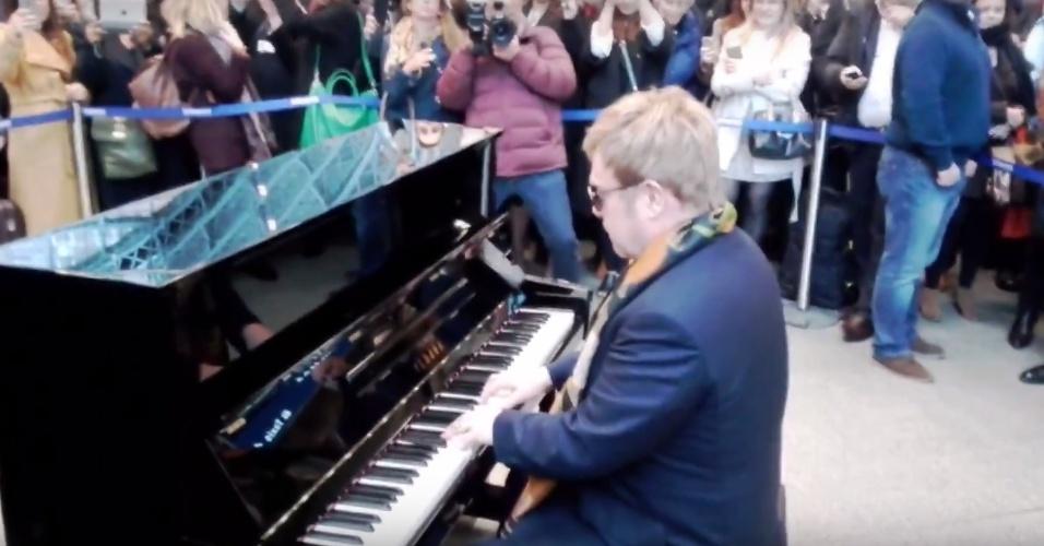 O cantor Elton John se apresenta de surpresa em metrô de Londres