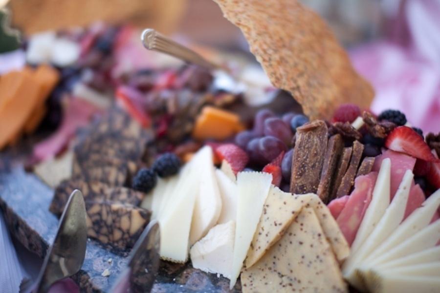 Olhando de longe, parece uma bandeja de queijos, frios e pães, iguarias bastante tradicionais na França. Mas, na verdade, tudo aqui era feito de chocolate para decorar a mesa de doces, neste chá de bebê inspirado na cidade de Paris