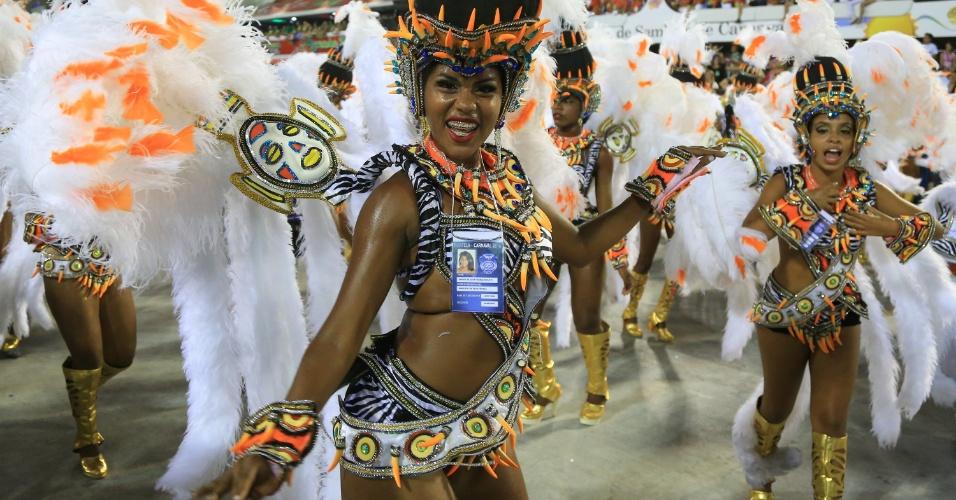 """9.fev.2016 - Passista da Portlela em uma das alas do desfile que traz o enredo """"No Voo da Águia, Uma Viagem Sem Fim"""""""