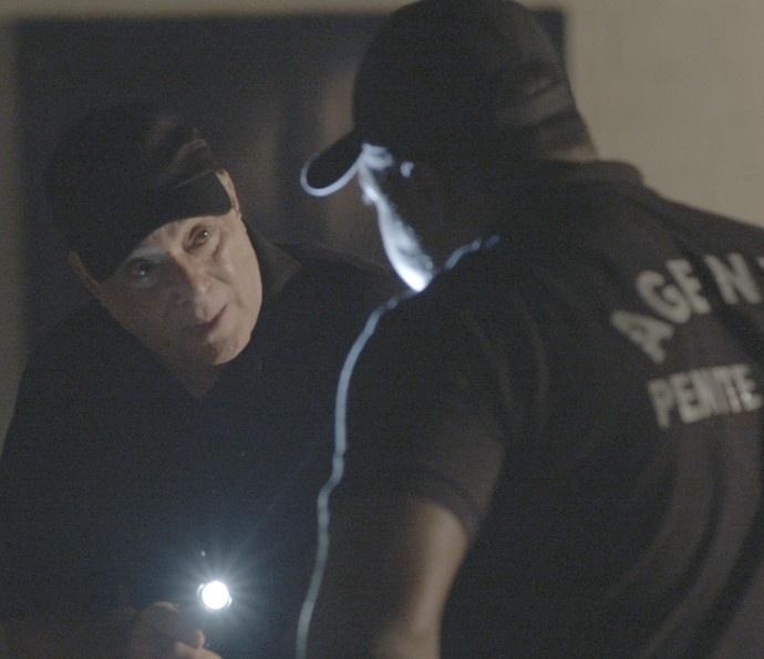 Com a ajuda de um guarda, Zé Maria consegue fugir da prisão