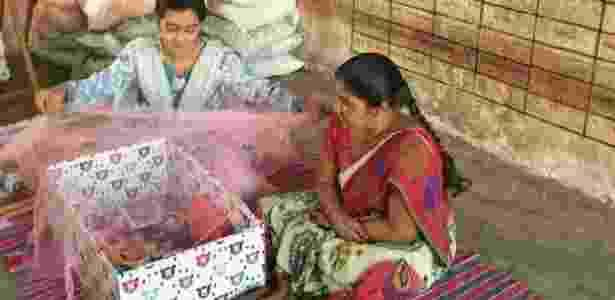 Programa na Ìndia incluiu mosquiteiro dentre os itens da caixa - BBC