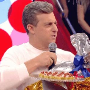 """3.set.2016 - A mulher Angélica prestou uma homenagem aos 45 anos do marido, o apresentador Luciano Huck, durante o """"Caldeirão do Huck"""", da Globo, exibido na tarde deste sábado (3) - Reprodução/TV Globo"""