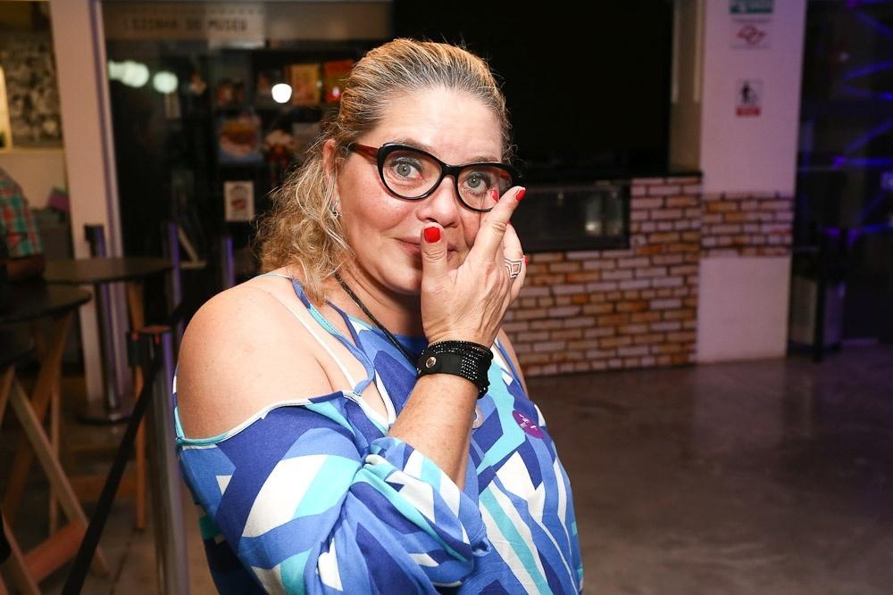 Cintia Abravanel, filha de Silvio Santos, chora ao sair de exposição sobre o pai no MIS, em São Paulo
