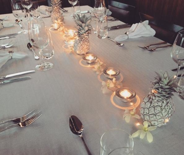"""""""Em uma outra data especial, foi pedido um jantar tropical, porém clássico. Como estávamos em Fiji, fiz o famoso Diner Le Blanc tropical - por conta disso os abacaxis estao pintados de branco. Também sugeri que todos se vestissem de branco"""", explica Sabrina"""