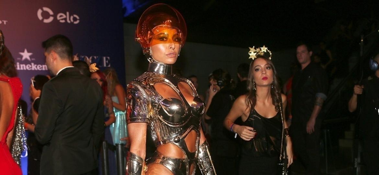 """17.fev.2017 - """"Quando você vê o horóscopo, você olha o seu futuro. Eu tô vestida de futuro"""", diz Sabrina Sato na chegada ao Baile de Carnaval da Vogue - Manuela Scarpa e Iwi Onodera/Brazil News"""