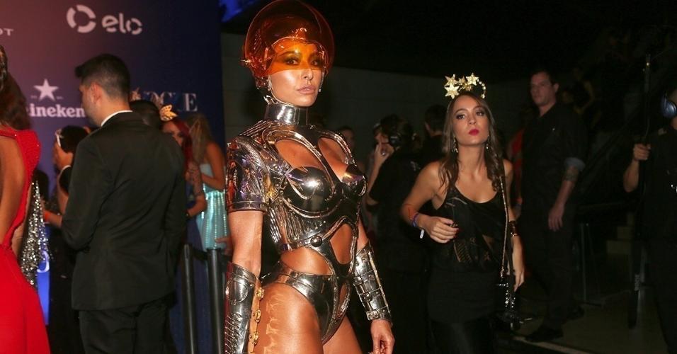 """17.fev.2017 - """"Quando você vê o horóscopo, você olha o seu futuro. Eu tô vestida de futuro"""", diz Sabrina Sato na chegada ao Baile de Carnaval da Vogue"""